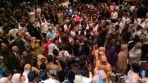Tiba di Balai Agung, Anies-Sandi Disambut Tepuk Tangan PNS DKI