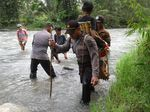 Heroik! Viral Polisi Gendong Warga Sakit di Pedalaman Sulteng