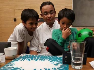 Pulang kerja, Ayah Anies langsung dikerubuti putra-putranya. Hmm, lagi serius menyaksikan apa sih?(Foto: Instagram @aniesbaswedan)