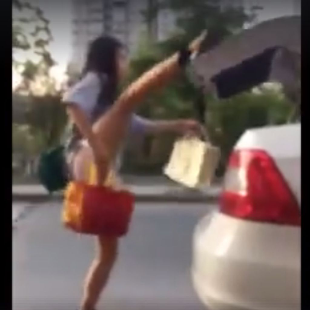 Viral! Gaya Emak-emak di China Tutup Bagasi Mobil