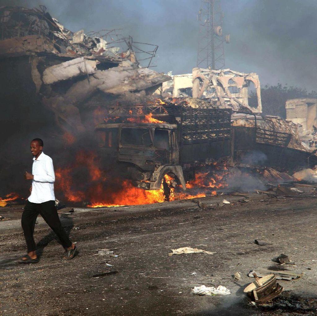 Foto: Ngerinya Bom Truk di Somalia