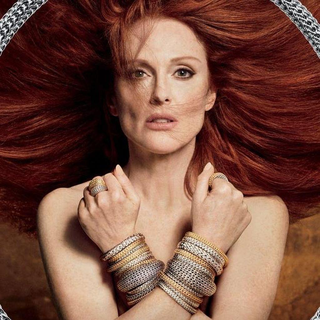 Julianne Moore Pose Topless, Pamer Perhiasan Buatan Bali Rp 500 Juta