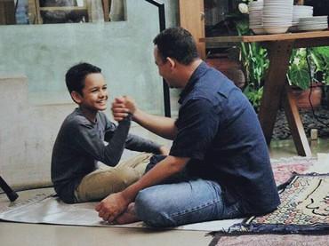 Adu panco, siapa yang lebih kuat nih? He-he-he. (Foto: Instagram @aniesbaswedan)