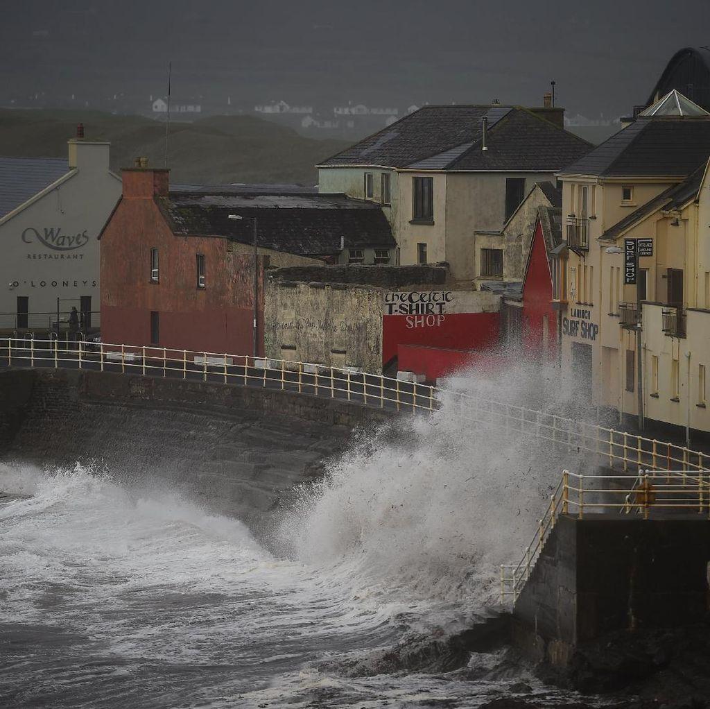 Foto: Amukan Badai Ophelia di Irlandia yang Tewaskan 3 Orang