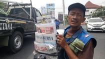 Viral, Cara Penjual Koran di Surabaya Menyampaikan Curhatnya