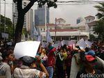 Tolak Reklamasi, Massa Demo di Depan Balai Kota