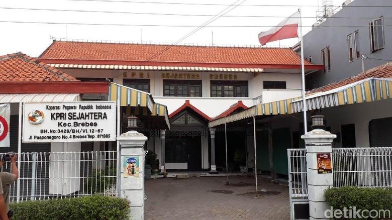 Kantor Koperasi di Brebes Pasang Bendera Merah Putih Terbalik