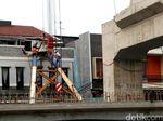 Saat Rumahnya Ditimpa Tiang Proyek LRT, Penghuni Baru Bangun Tidur