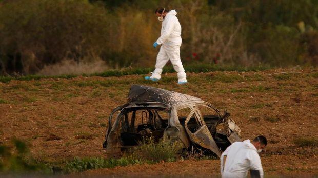 Petugas forensik menyisir lokasi kejadian