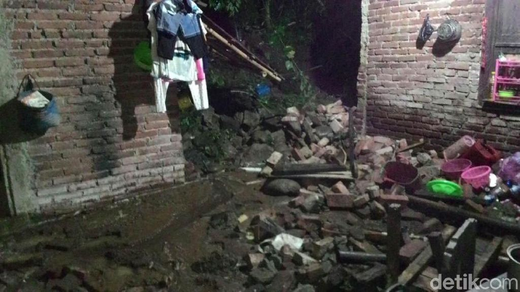 Longsor Timpa Rumah di Banjarnegara, 1 Warga Dibawa ke Rumah Sakit