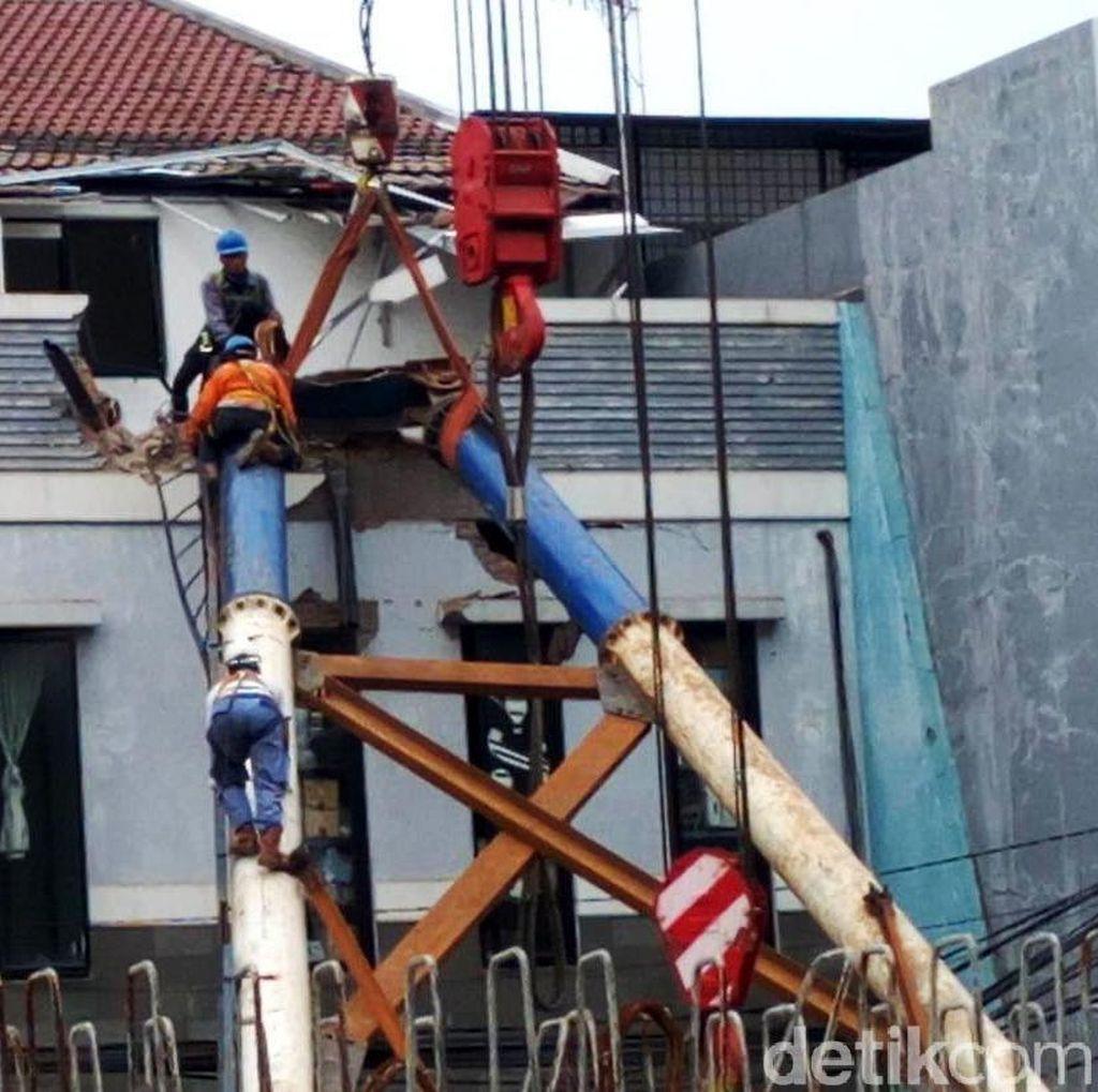 Tiang LRT yang Timpa Rumah Berhasil Dievakuasi