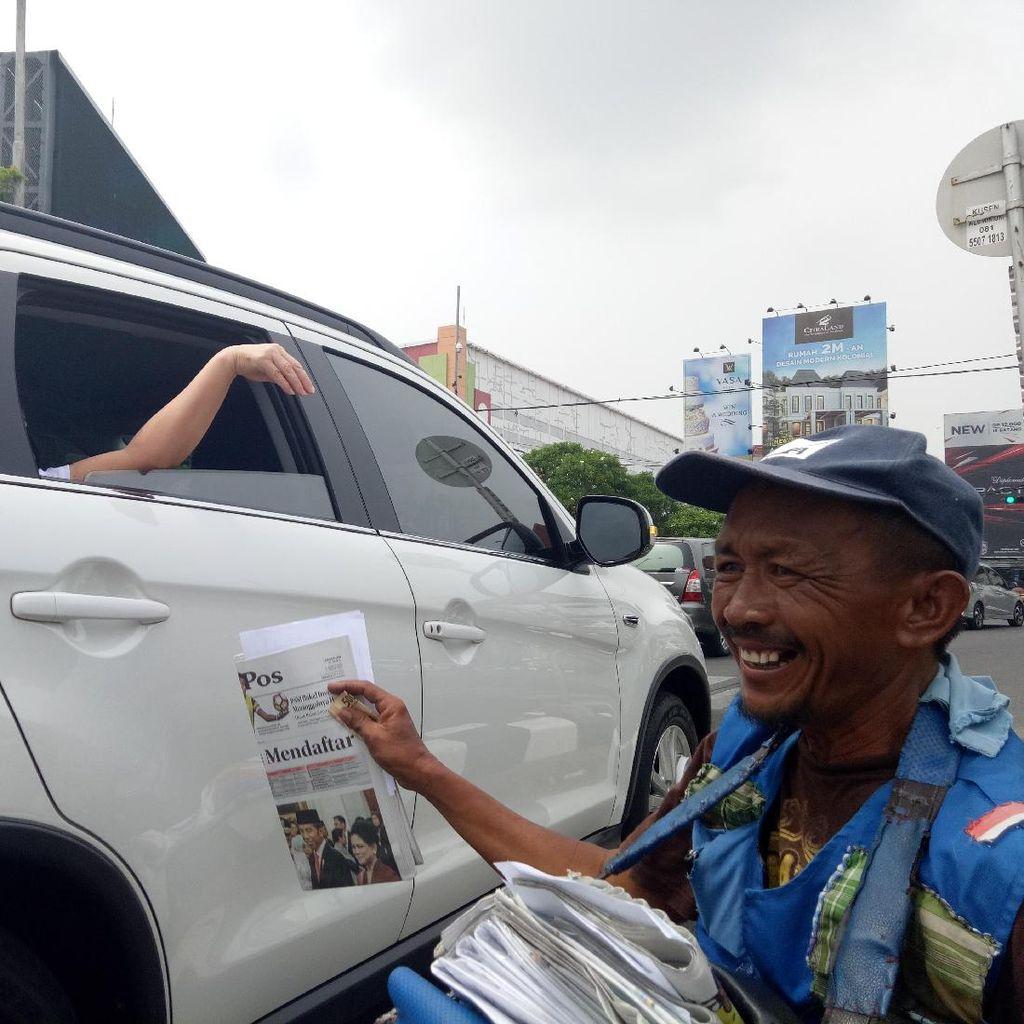 Curhatnya Viral, Bantuan Mengalir ke Penjual Koran di Surabaya ini