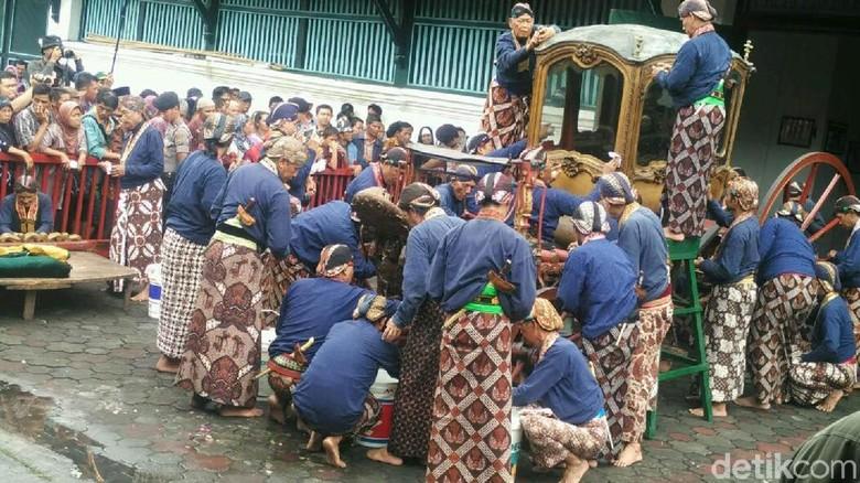 Melihat Prosesi Jamasan Kereta Pusaka Keraton Ngayogyakarta