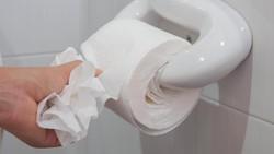Kebanyakan orang merasa tak nyaman jika harus BAB di toilet kantor. Tapi ada juga orang yang tidak tahu malu, BAB ya BAB saja. Nah, kalau kamu tipe yang mana?