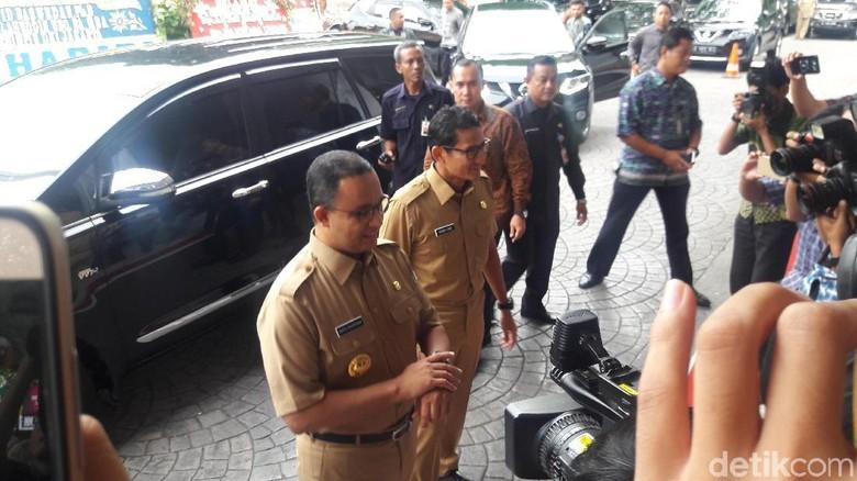 Anies-Sandi Buka Diri Terima Aduan Warga Jakarta di Balai Kota