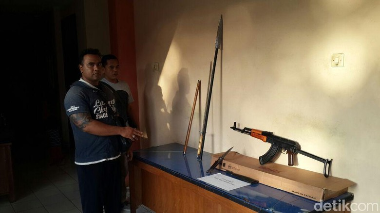 Pria ini Pamer Airsoft Gun - Denpasar Ketut S Wibawa diamankan oleh jajaran Jatanras Ditreskrimum Polda Bali setelah memamerkan airsoft gun di media Wibawa