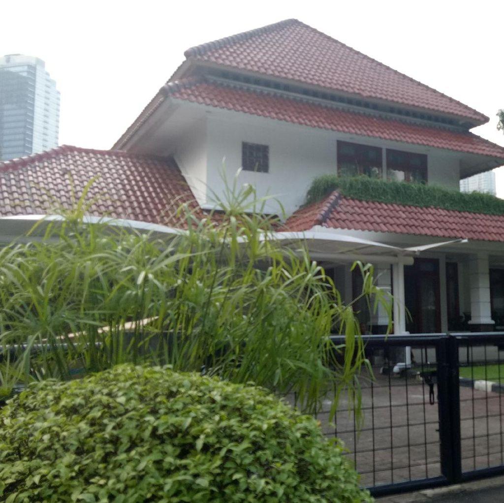 Petugas Mulai Bersih-bersih di Rumah Dinas Sandiaga