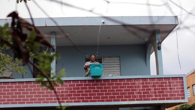 Potret Pilu Korban Badai Maria Saat Tampung Air Hujan