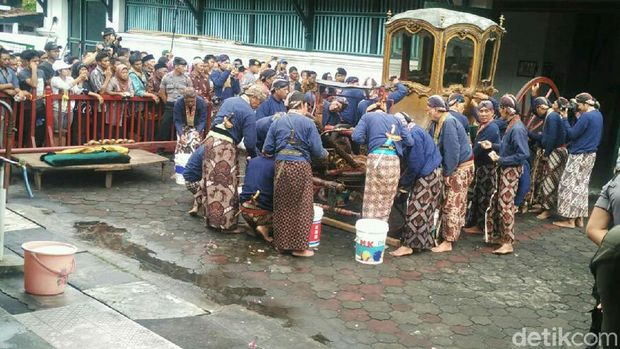 Abdi dalem membersihkan kereta Kanjeng Nyai Jimat