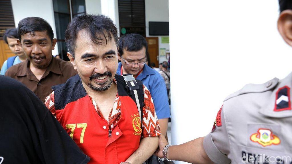 Jaksa Tunjukkan Senpi dan Amunisi di Sidang Aa Gatot