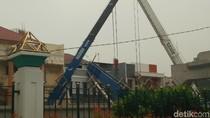 Tiang Proyek LRT di Kelapa Gading Timpa Rumah Warga