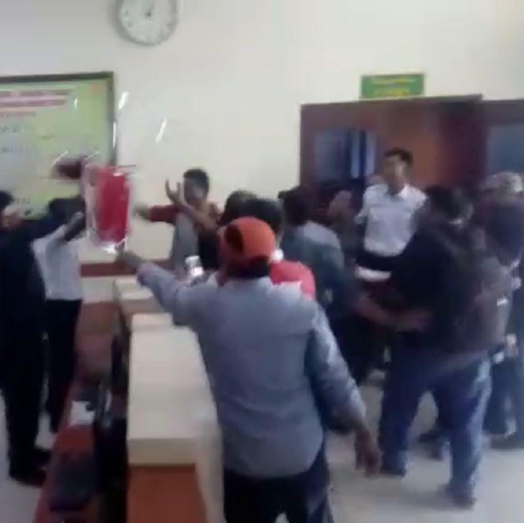 Detik-detik Kursi Melayang ke Wajah Ketua PN Jambi