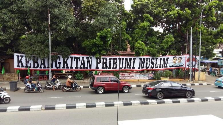 Satpol PP Turunkan Spanduk Kebangkitan Pribumi Muslim di Menteng