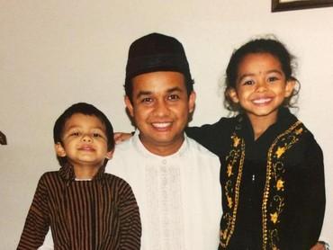Berpose bareng Ayah Anies dan adik memakai baju adat Jawa. Senyum gadis yang akrab disapa Tia ini manis ya. (Foto: Instagram/ @mutiarabaswedan)