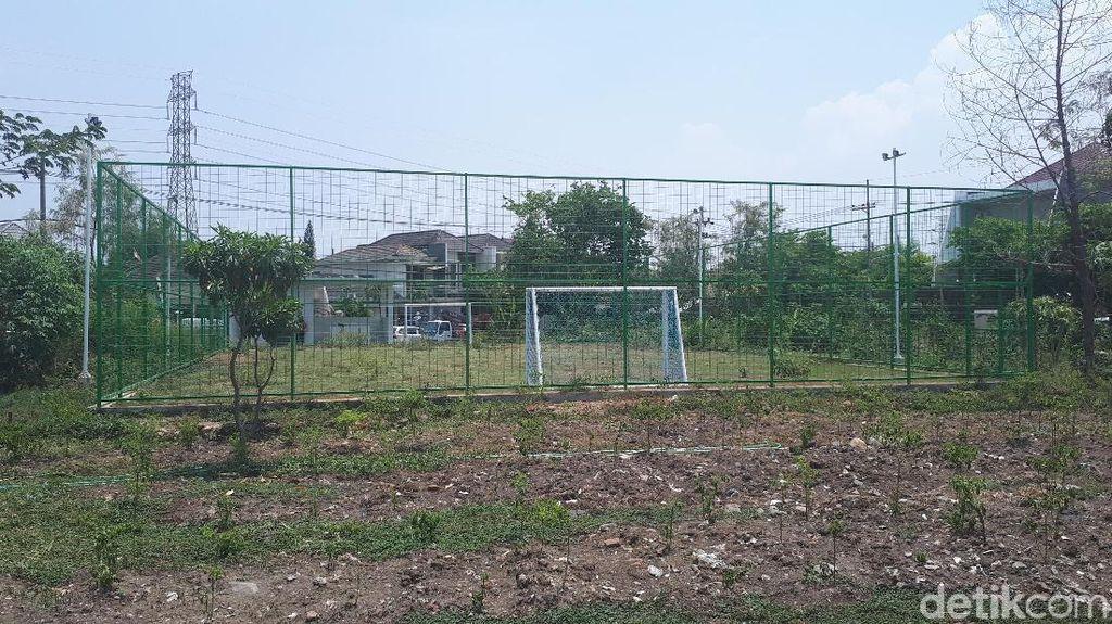 Dispora Bersihkan Tanaman Liar di Lapangan Sepakbola Mini Kutisari