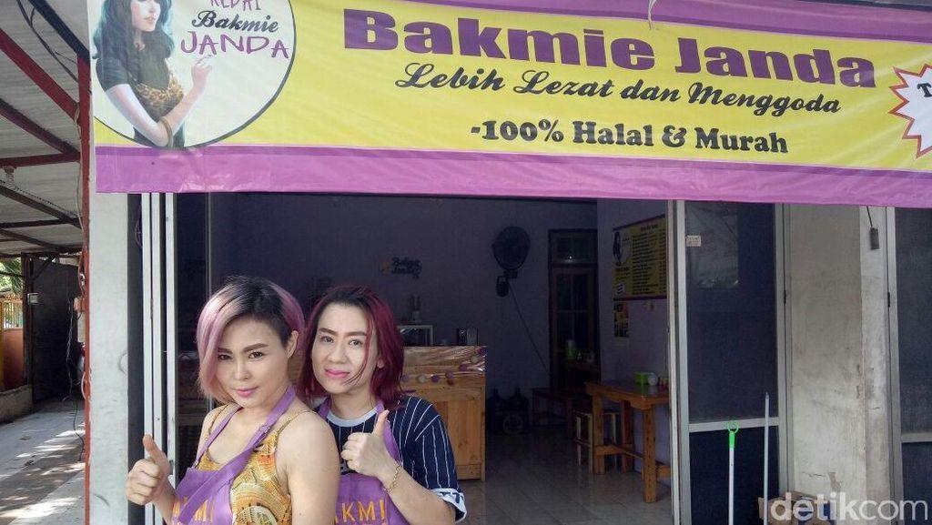 Foto: Duo Janda Bos Kedai Bakmi yang Viral