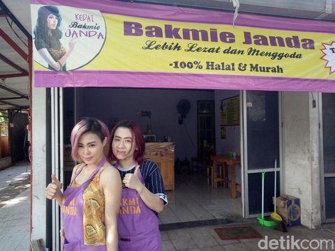 Melihat Pemilik Kedai Bakmi Janda yang Seksi Meladeni Pembeli
