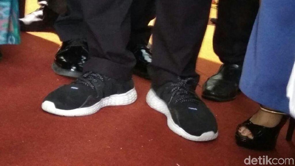 Foto: Melihat Lebih Dekat Sepatu Kets Andalan Wagub Sandiaga