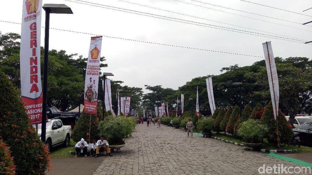 Temu Kader Gerindra di Sentul Dihiasi Umbul-umbul Prabowo Presiden