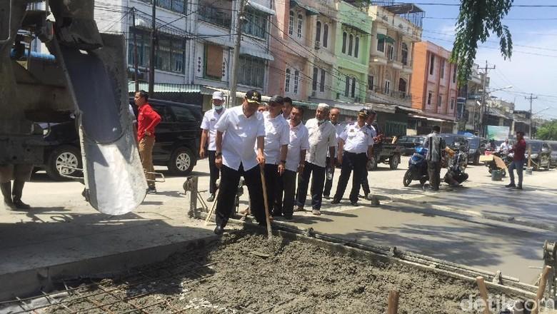 Dikritik Jalan Rusak di Medan - Jakarta Presiden Joko Widodo mengkritik jalan yang rusak saat blusukan di Sumatera Jalan yang rusak itu kini sudah