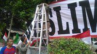 Satpol PP Turunkan Spanduk 'Kebangkitan Pribumi Muslim' di Menteng