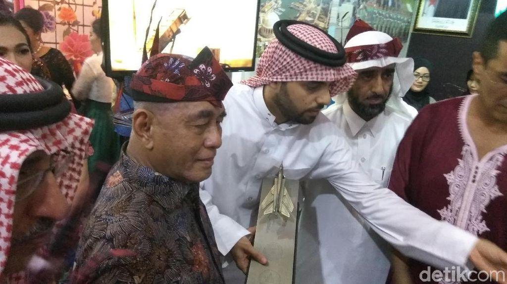 Hadiri Malam Budaya Internasional, Menhan Dihadiahi Pesawat Tempur