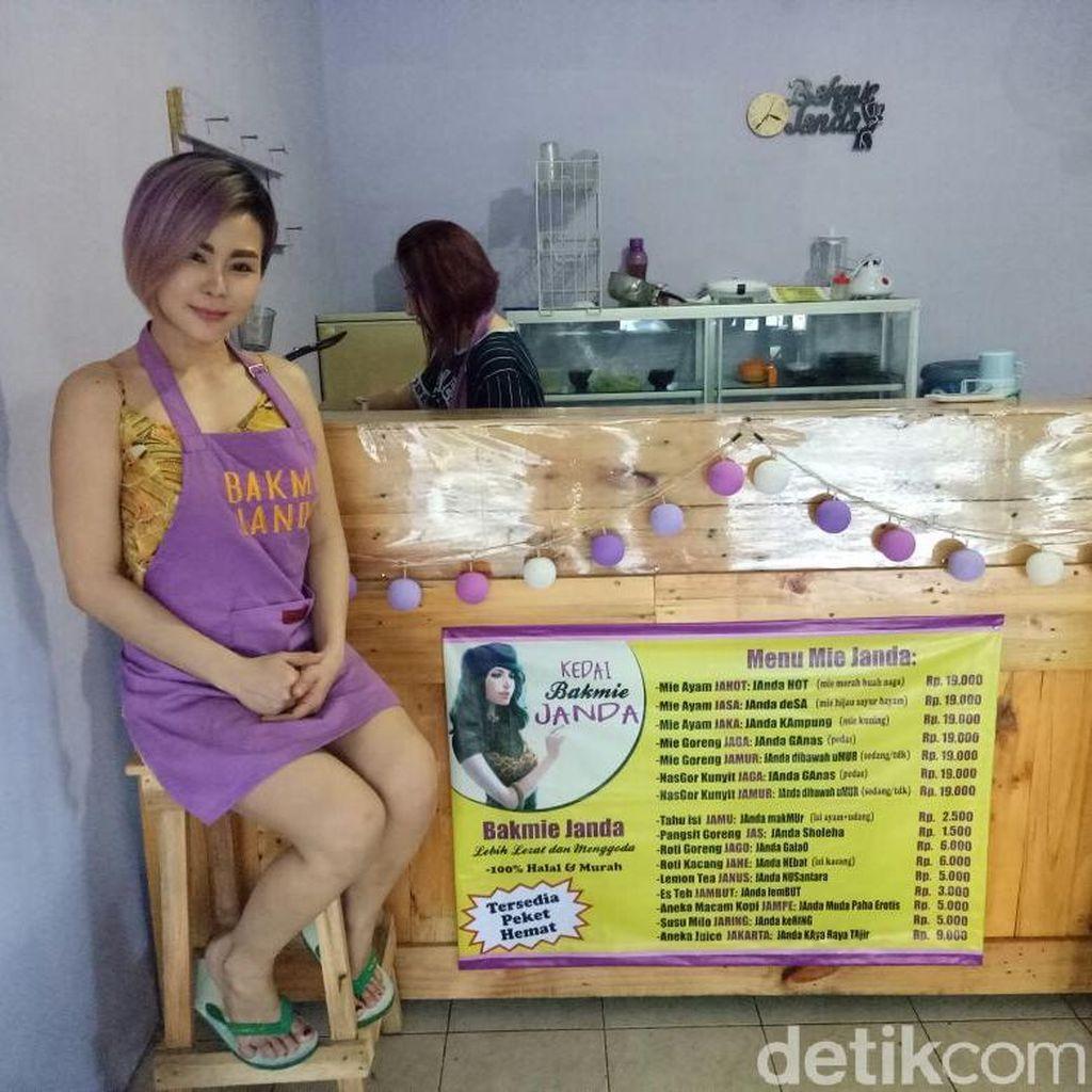 Kompaknya Pemilik Kedai Bakmi Janda yang Seksi Meladeni Pembeli
