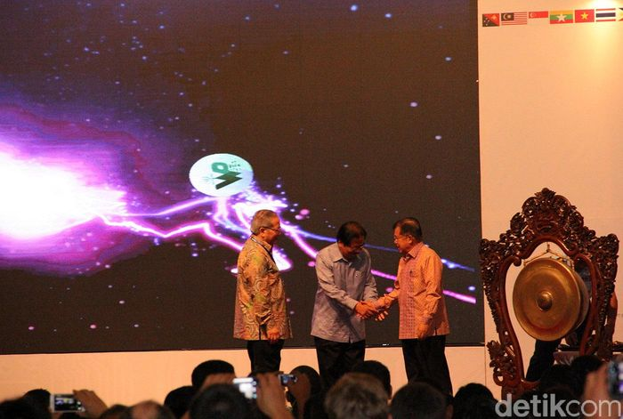 JK berjabat tangan dengan Sofyan Djalil usai membuka World Plantation Conferences and Exhibition 2017.