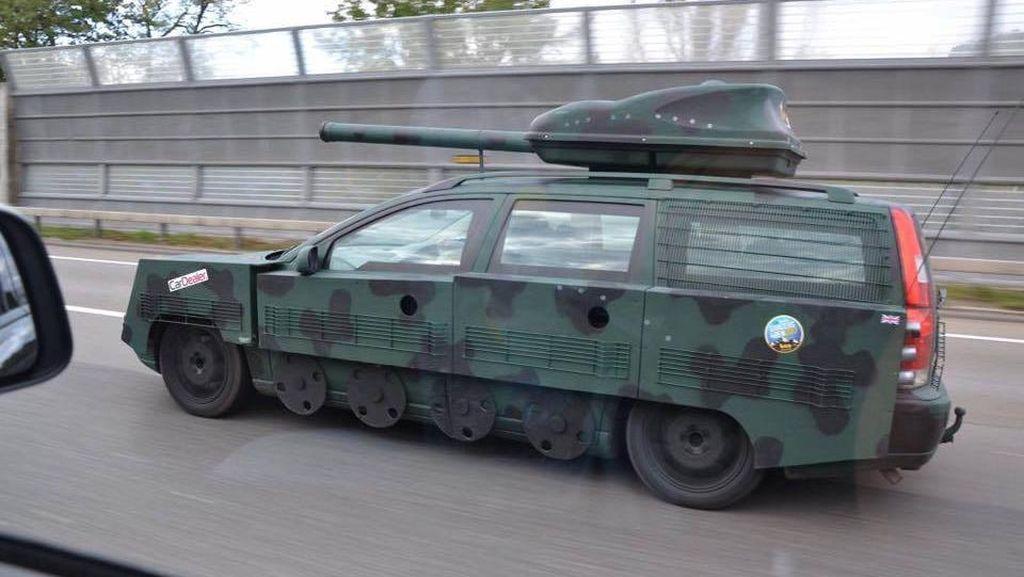 Volvo Jadul Disulap Jadi Tank Perang