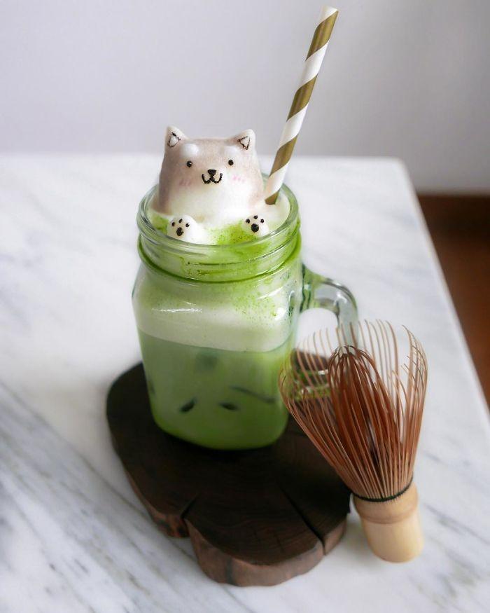 Berasal dari Singapura, Daphne Tan yang berusia 17 tahun meracik aneka minuman dengan tampilan unik. Salah satunya green latte dengan gambar anjing menyembul yang terbuat dari busa kopi.