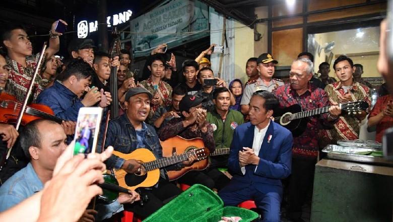 Nikmati Malam di Bandung ala - Jakarta Bandung jadi kota terakhir yang dikunjungi Presiden Joko Widodo hari Di sela kegiatannya di Jokowi mengisi perut