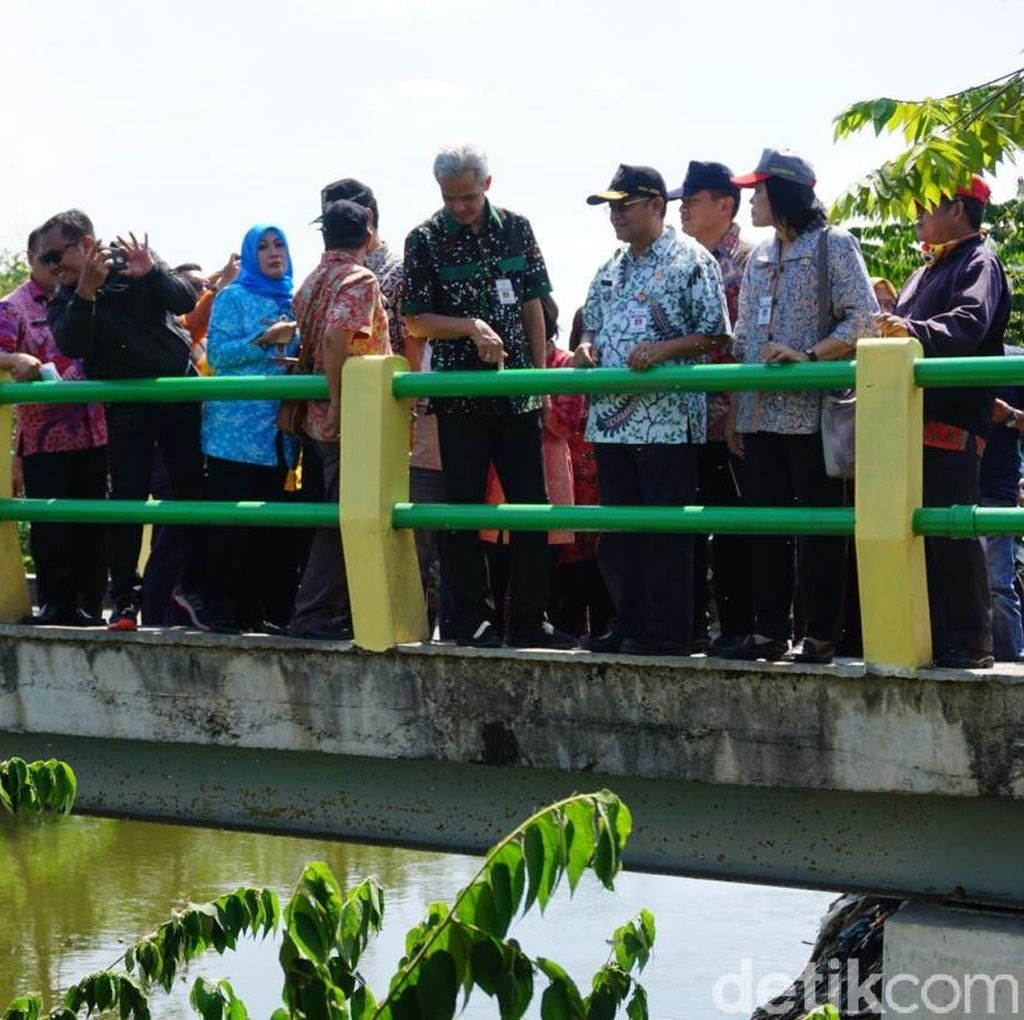 Gubernur Ganjar Kaget Melihat Sungai Pasar Gajah Demak Penuh Sampah