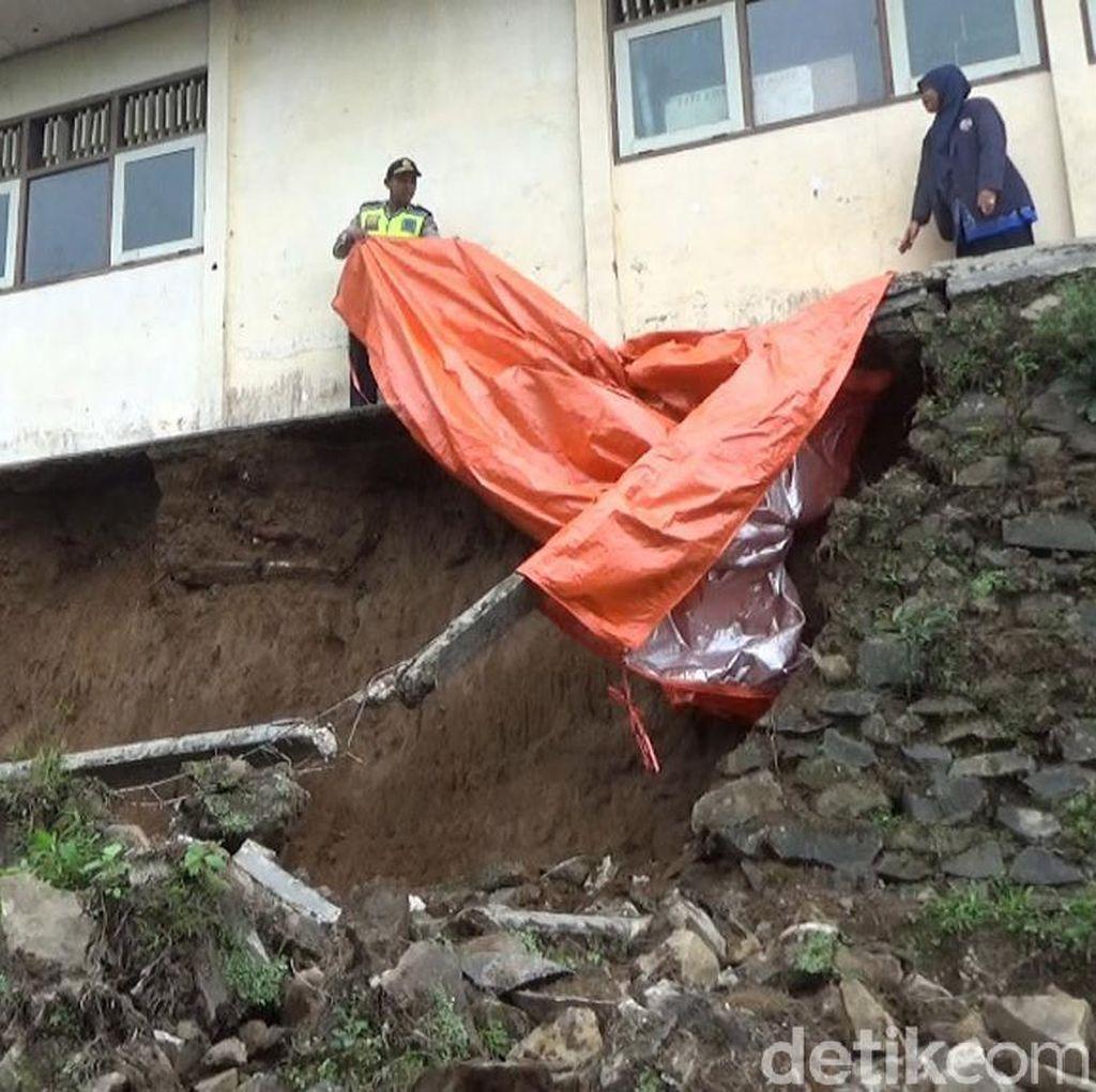 Talud Ambrol, Gedung SD di Banjarnegara Terancam Roboh