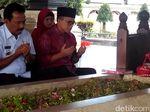 Azwar Anas Ziarah ke Makam Bung Karno dan KH Hasyim Asyari
