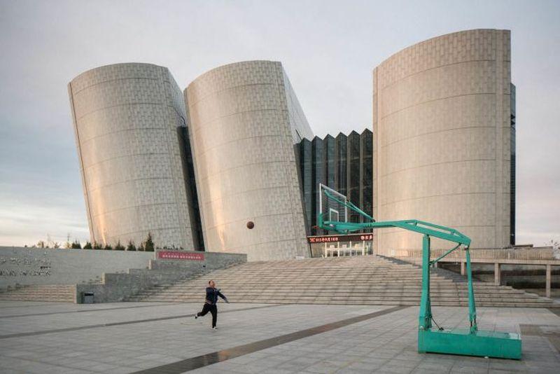 Kota baru Kangbashi di Ordos, Cina bagian utara saat ini hanya tinggal sepersepuluh dari populasi yang diproyeksikan. Perpustakaan Ordos saja seperti ini megahnya (Raphael Olivier/CNN Style)
