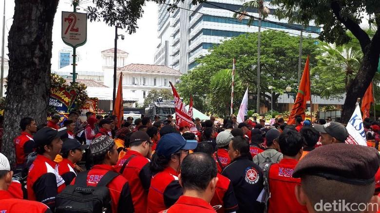 Massa Buruh Ingin Sampaikan Hasil Survei UMP ke Anies-Sandi