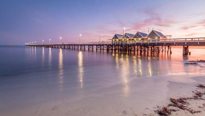 Busselton Jetty di Kota Busselton, Australia disebut-sebut sebagai dermaga kayu terpanjang di belahan bumi selatan. Dermaga ini pun menjadi salah satu objek wisata yang populer (Thinkstock)