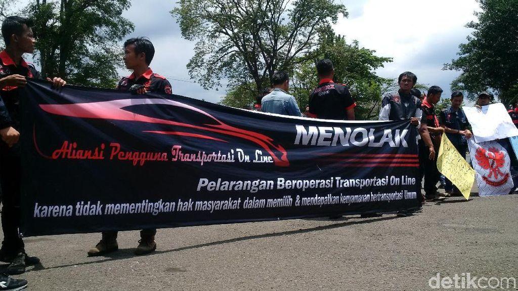Warga Gelar Demo di Gedung Sate Dukung Transportasi Online