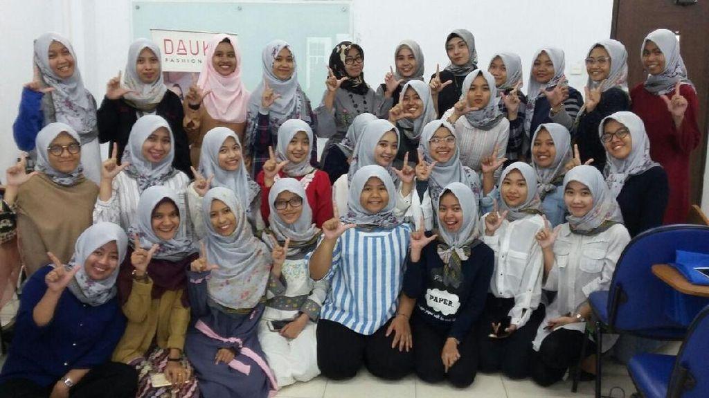 Mahasiswi Kampus Internasional Tampil Modis dengan Hijab Modern