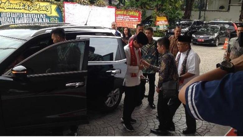 Sandiaga Masih Pakai Sepatu Kets - Jakarta Wakil Gubernur DKI Jakarta Sandiaga Uno sudah tiga hari berkantor di Balai Sandiaga masih terlihat memakai sepatu